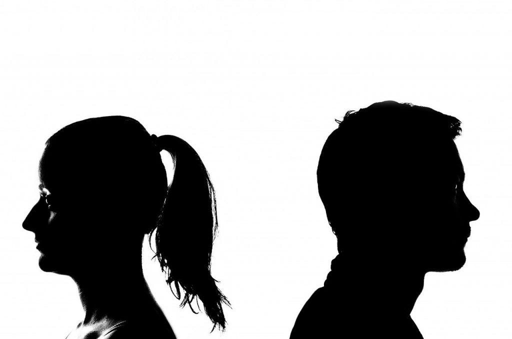 hombre y mujer de espaldas